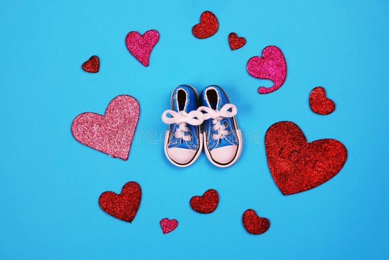 Dzieci sneakers na błękitnym tle, dziecko prysznic pojęcie fotografia stock