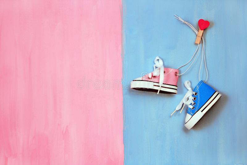 Dzieci sneakers na różowym i błękitnym pojęciu tła, chłopiec lub dziewczyny, obrazy royalty free