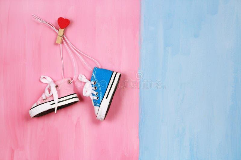 Dzieci sneakers na różowym i błękitnym pojęciu tła, chłopiec lub dziewczyny, zdjęcie royalty free