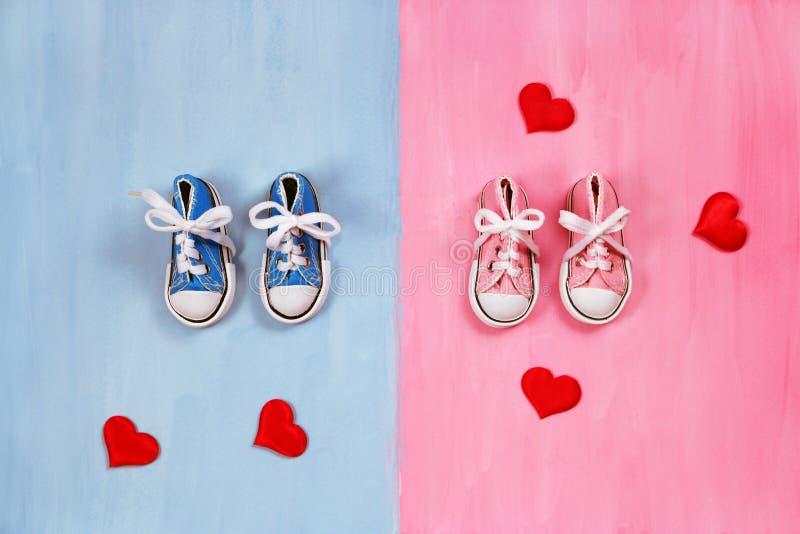 Dzieci sneakers na różowym i błękitnym tle, dziecko prysznic pojęcie obrazy royalty free
