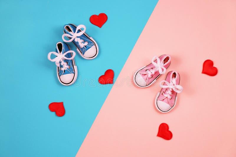 Dzieci sneakers na różowym i błękitnym tle, dziecko prysznic pojęcie zdjęcia royalty free