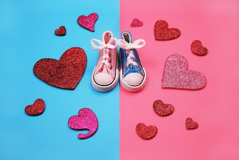 Dzieci sneakers na różowym i błękitnym tle, dziecko prysznic pojęcie fotografia royalty free