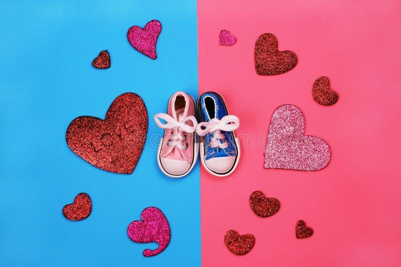 Dzieci sneakers na różowym i błękitnym tle, dziecko prysznic pojęcie obraz royalty free
