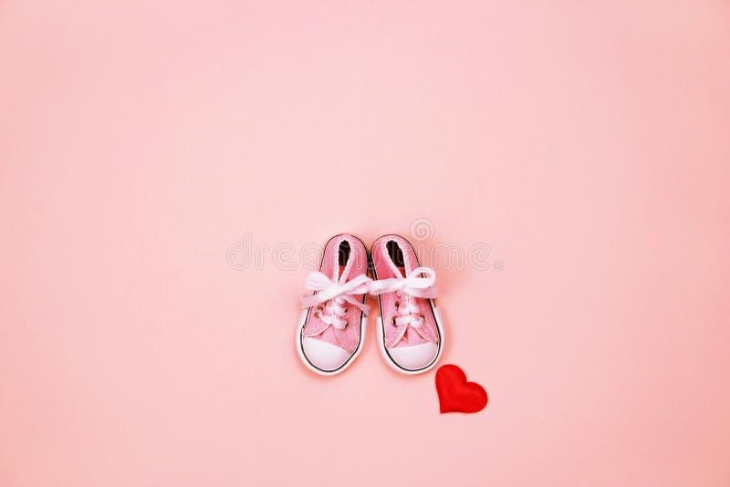 Dzieci sneakers na różowym tle obraz stock
