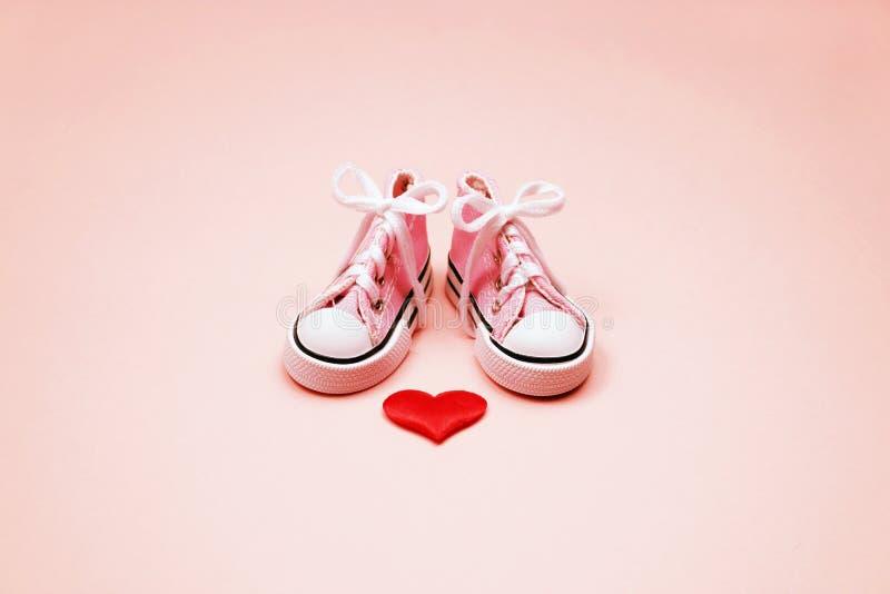 Dzieci sneakers na różowym tle fotografia stock
