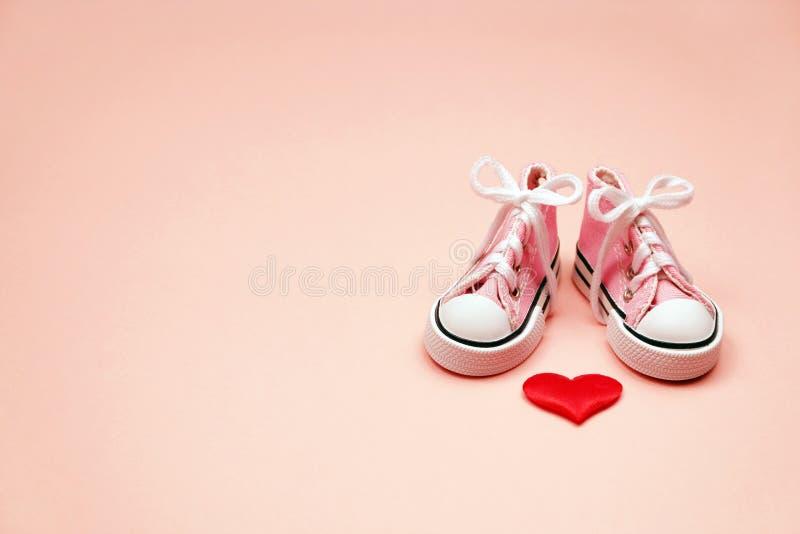 Dzieci sneakers na różowym tle zdjęcie royalty free