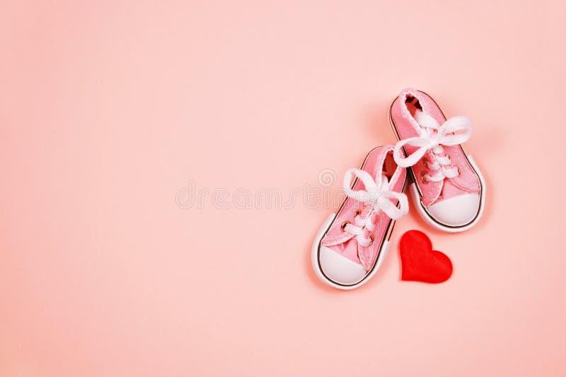 Dzieci sneakers na różowym tle zdjęcie stock