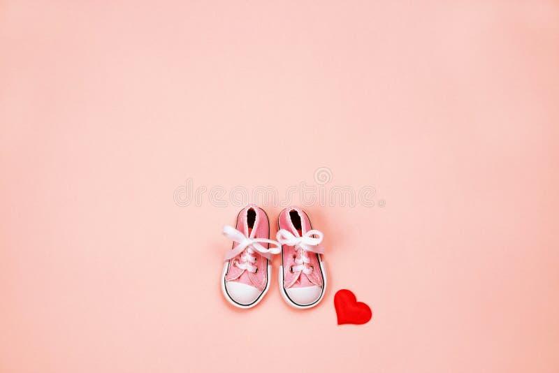 Dzieci sneakers na różowym tle fotografia royalty free