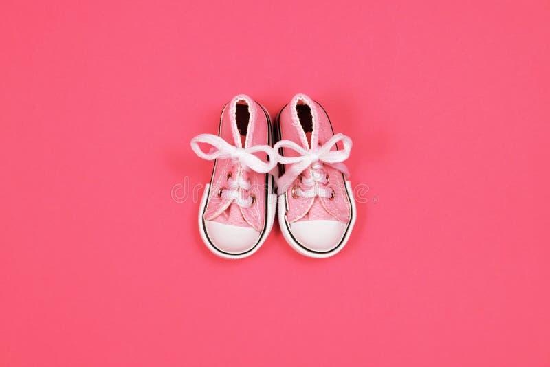 Dzieci sneakers na różowym tle, dziecko prysznic pojęcie fotografia royalty free
