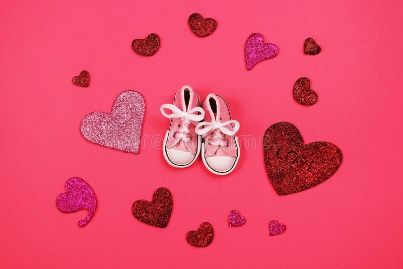 Dzieci sneakers na różowym tle, dziecko prysznic pojęcie fotografia stock