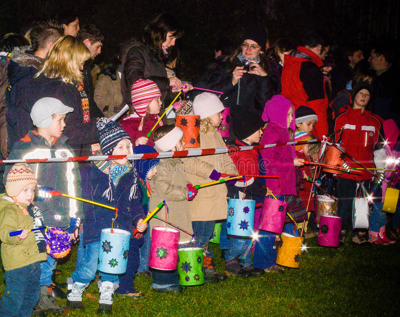 Dzieci stoją za kreskowym mieniem ich lampy zdjęcie royalty free