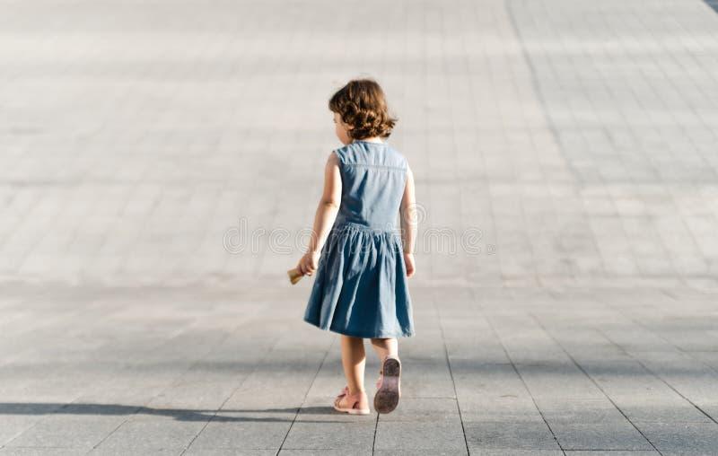 Dzieci?stwa poj?cie ?liczna preschool dziewczyna biega fotografia stock