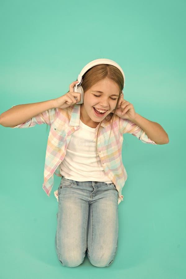 Dzieci?stwa szcz??cie 1 odtwarzacz mp3 ma?y dzieciak s?ucha ebook, edukacja Children dzie? Audio technologia Ma?y dziewczyny dzie zdjęcie stock