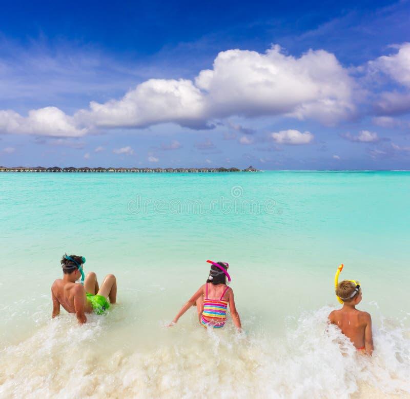 dzieci surfują tropikalnego obrazy stock