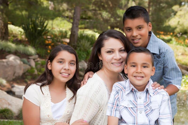 dzieci szczęśliwy matki park zdjęcie stock