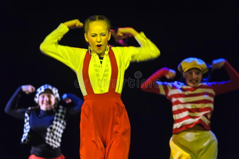 Dzieci tanczy na scenie zdjęcia stock