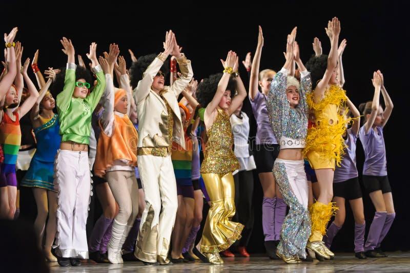 Dzieci tanczy na scenie obraz royalty free