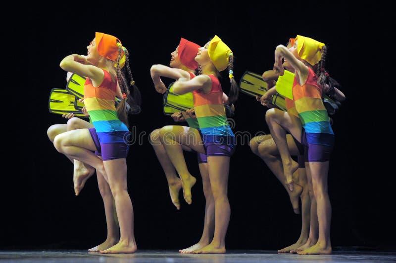 Dzieci tanczy na scenie w kostiumach kąpielowych zdjęcia stock