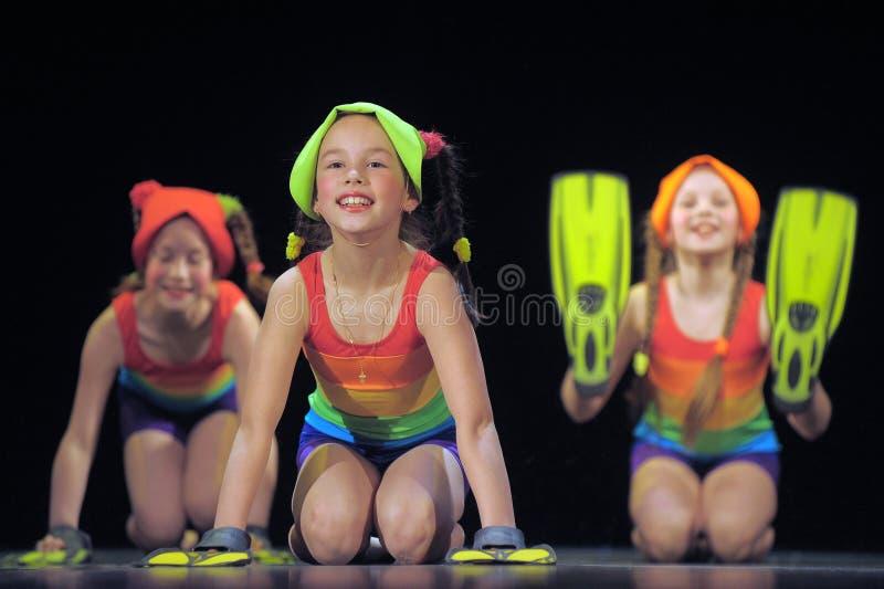 Dzieci tanczy na scenie w kostiumach kąpielowych obraz royalty free