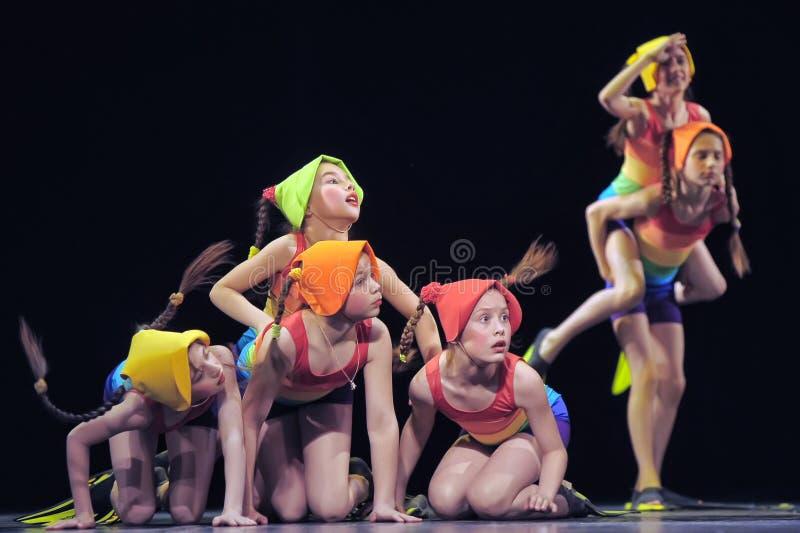 Dzieci tanczy na scenie w kostiumach kąpielowych zdjęcie stock