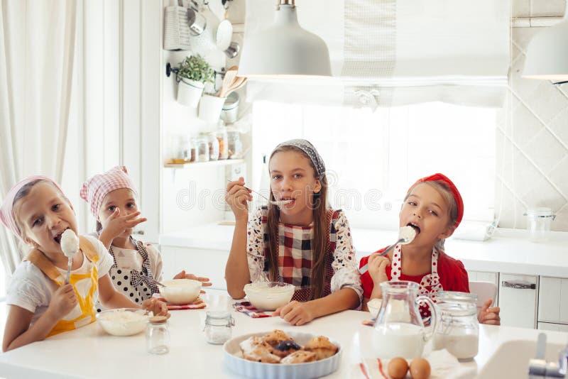 Dzieci target1121_1_ w kuchni obraz royalty free