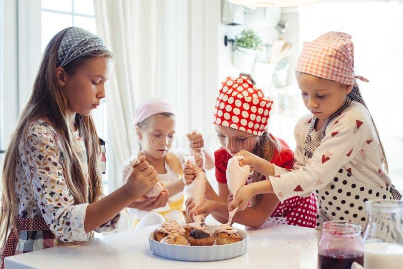 Dzieci target1121_1_ w kuchni fotografia stock