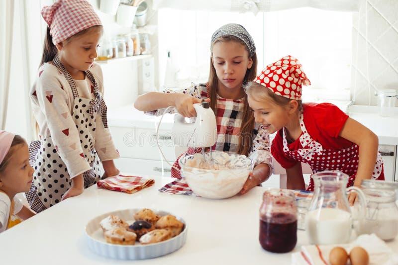 Dzieci target1121_1_ w kuchni zdjęcia stock