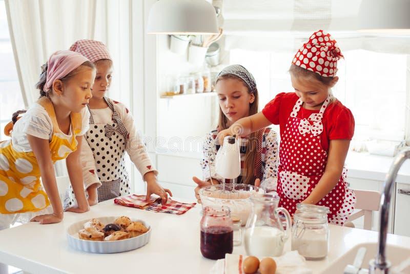 Dzieci target1121_1_ w kuchni obrazy stock