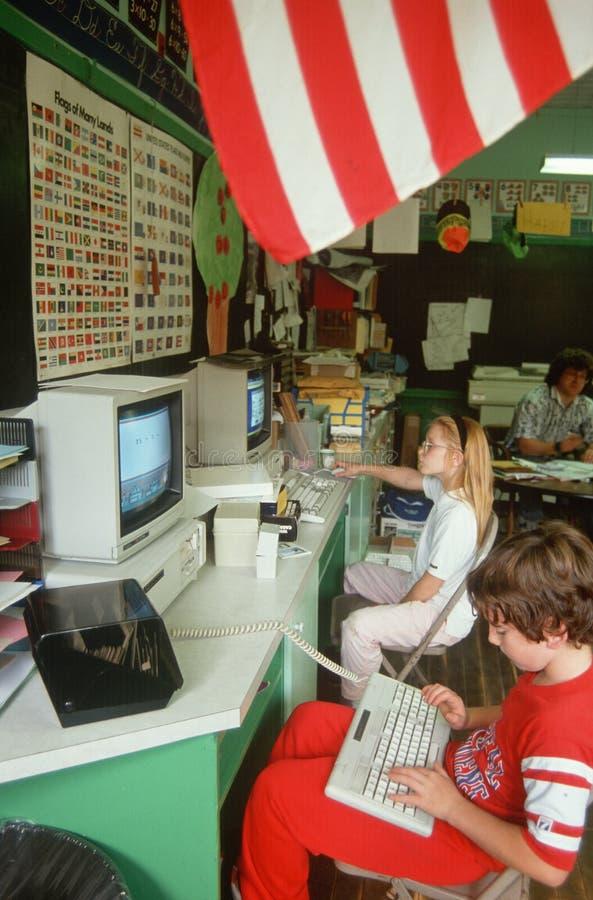 Dzieci target224_1_ na komputerach w sala lekcyjnej zdjęcie royalty free
