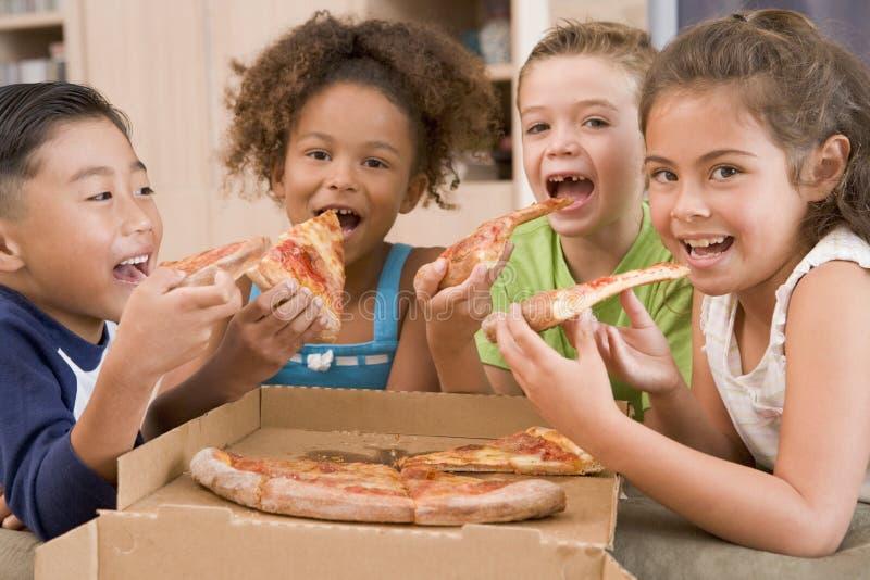dzieci to cztery pizze potomstwa w domu obraz stock