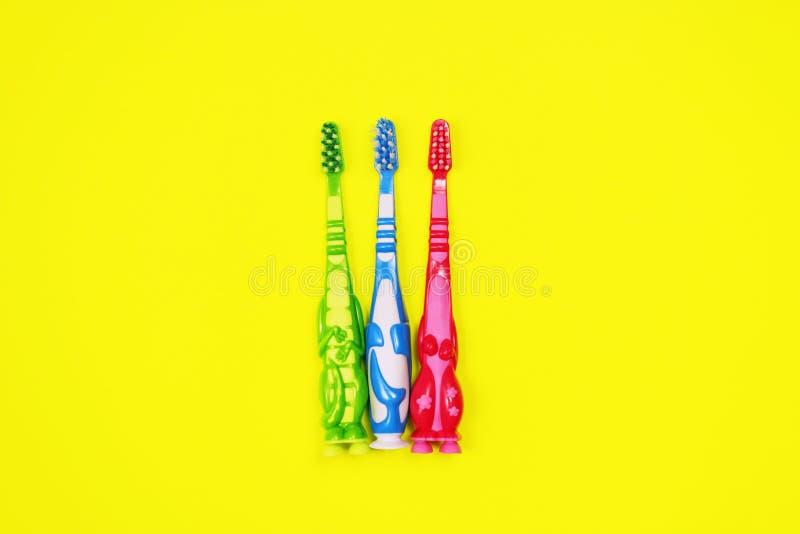 Dzieci toothbrushes na żółtym tle zdjęcia stock