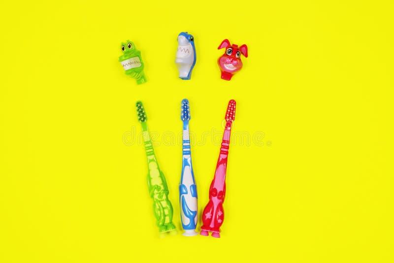 Dzieci toothbrushes na żółtym tle obraz stock