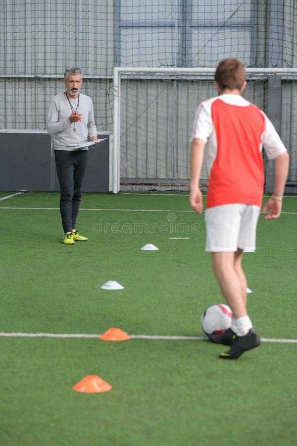 Dzieci trenuje piłki nożnej futsal salowego gym zdjęcia royalty free