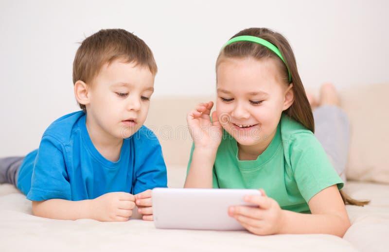 Dzieci używa pastylka komputer zdjęcia royalty free