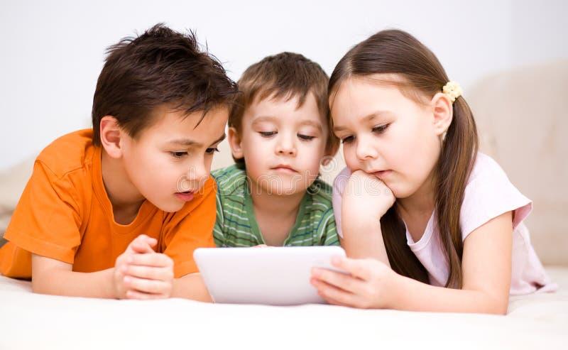 Dzieci używa pastylka komputer zdjęcie royalty free