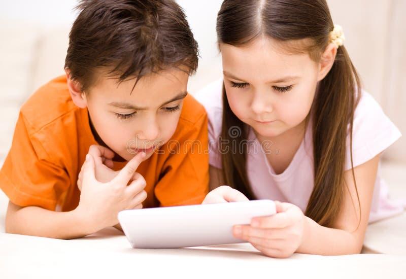 Dzieci używa pastylka komputer obrazy royalty free