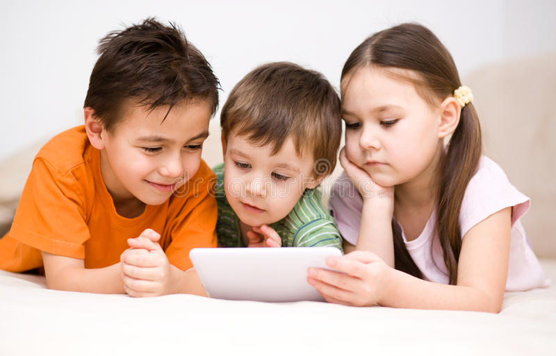 Dzieci używa pastylka komputer obraz royalty free