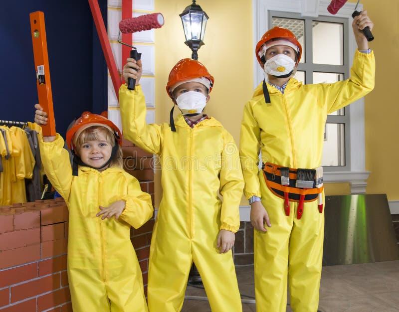 Dzieci ubierający jako malarzi farby praca obraz stock