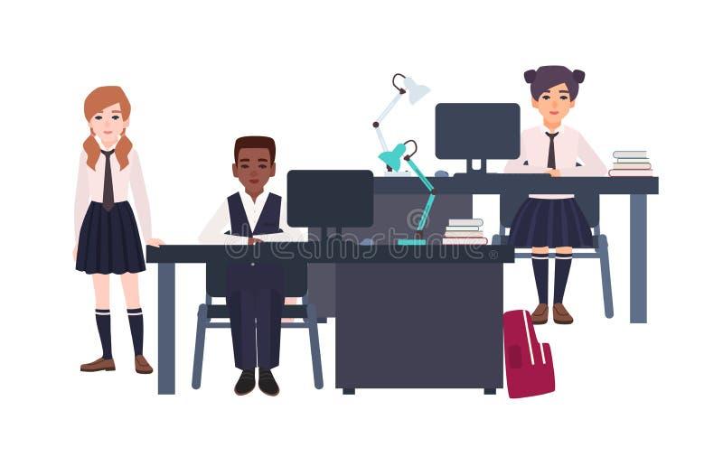 Dzieci ubierali w mundurka szkolnego obsiadaniu i pozyci obok go na białym tle przy biurkami z komputerami kreskówka royalty ilustracja