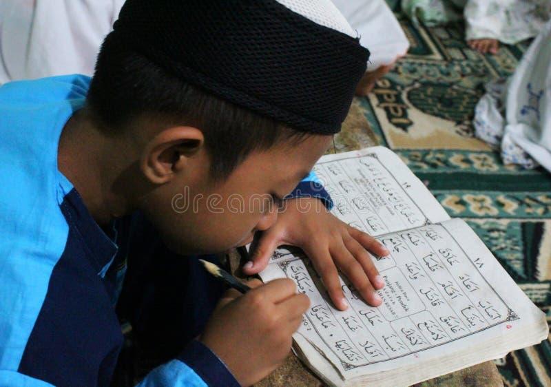 dzieci uczą się czytać al koran w TPA zdjęcia royalty free
