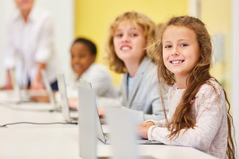 Dzieci uczą się medialną piśmienność i informatykę fotografia royalty free