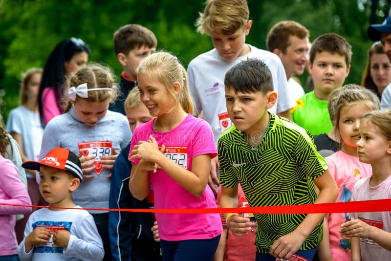 Dzieci uczestniczą w uruchamianiu zdjęcia stock