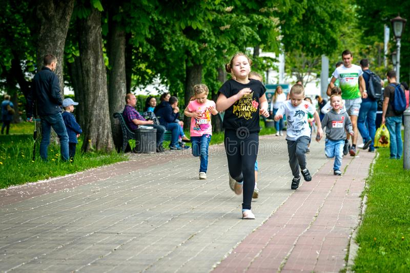 Dzieci uczestniczą w uruchamianiu zdjęcie royalty free