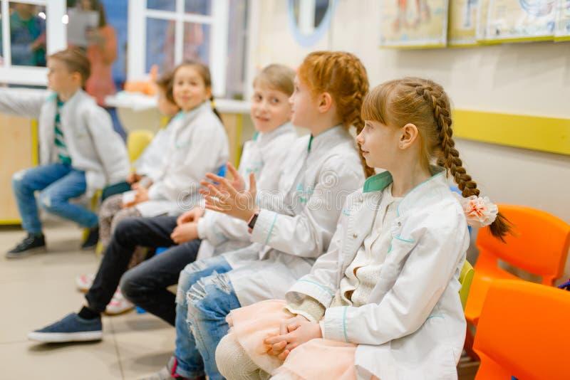 Dzieci uczy się doktorskiego zawód w sali lekcyjnej zdjęcie royalty free