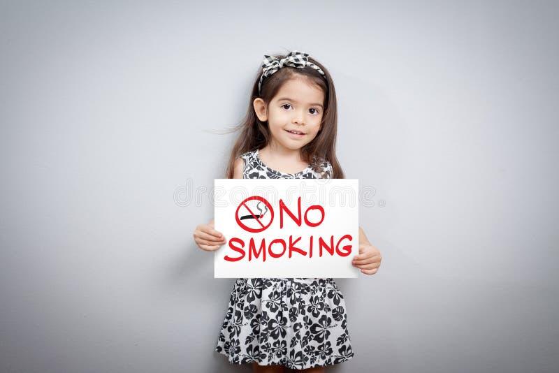 Dzieci udają trzymać palenie zabronione znaka zdjęcie stock