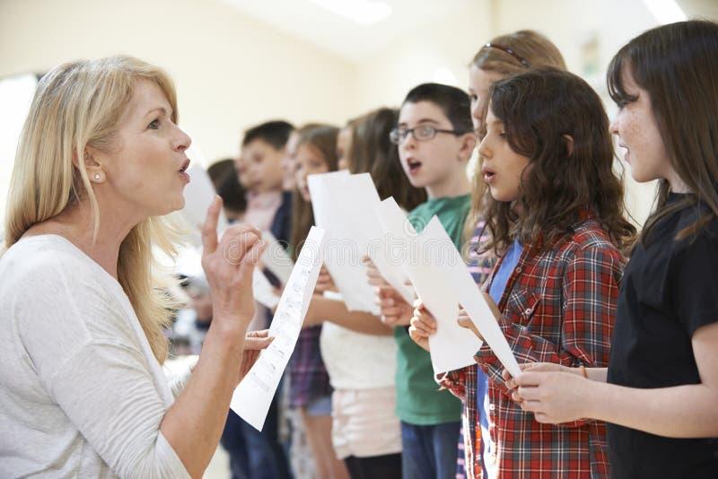 Dzieci W śpiew grupie Zachęca nauczycielem obrazy stock