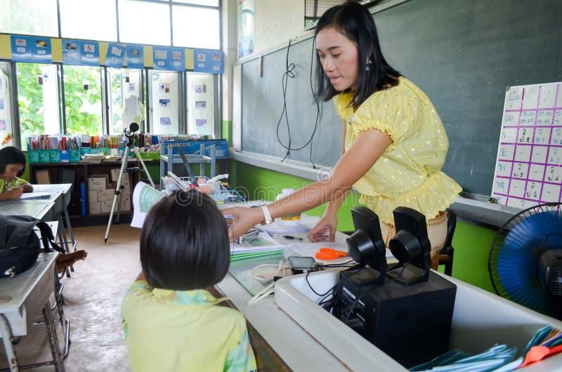 Dzieci w Akademickim aktywność dniu przy szkołą podstawową obraz royalty free