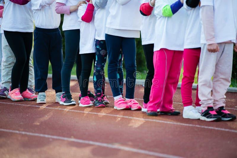 Dzieci w gotowej pozyci biegać na śladzie, zbliżenie obrazy royalty free