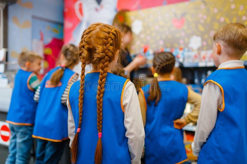 Dzieci w mundurze bawić się sprzedawców, playroom fotografia royalty free