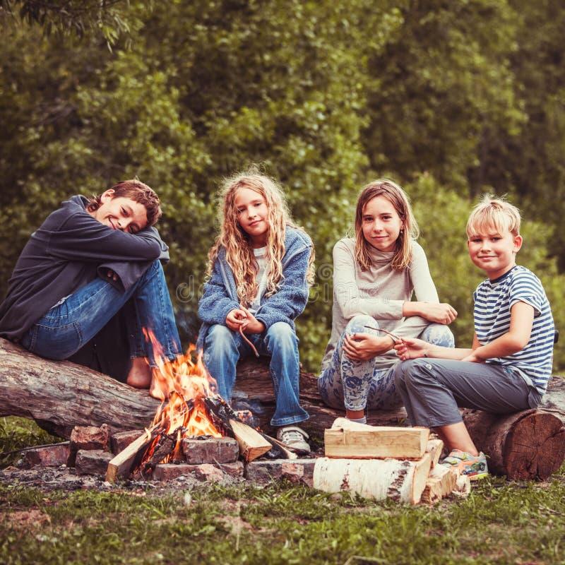Dzieci w obozie ogieniem zdjęcia royalty free